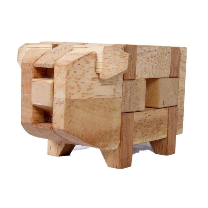 Dilemma Головоломка СвинкаIQ167Головоломка Dilemma Свинка, выполненная из дерева, станет отличным подарком всем любителям головоломок! Пазл Свинка состоит из 13 деревянных деталей. Цель: попытаться разобрать пазл и затем собрать его снова. Слишком сложно? Тогда вы можете воспользоваться предложенным решением в качестве подсказки. Игра рассчитана на одного игрока. Головоломка Dilemma Свинка стимулирует логику, пространственное мышление и мелкую моторику рук.
