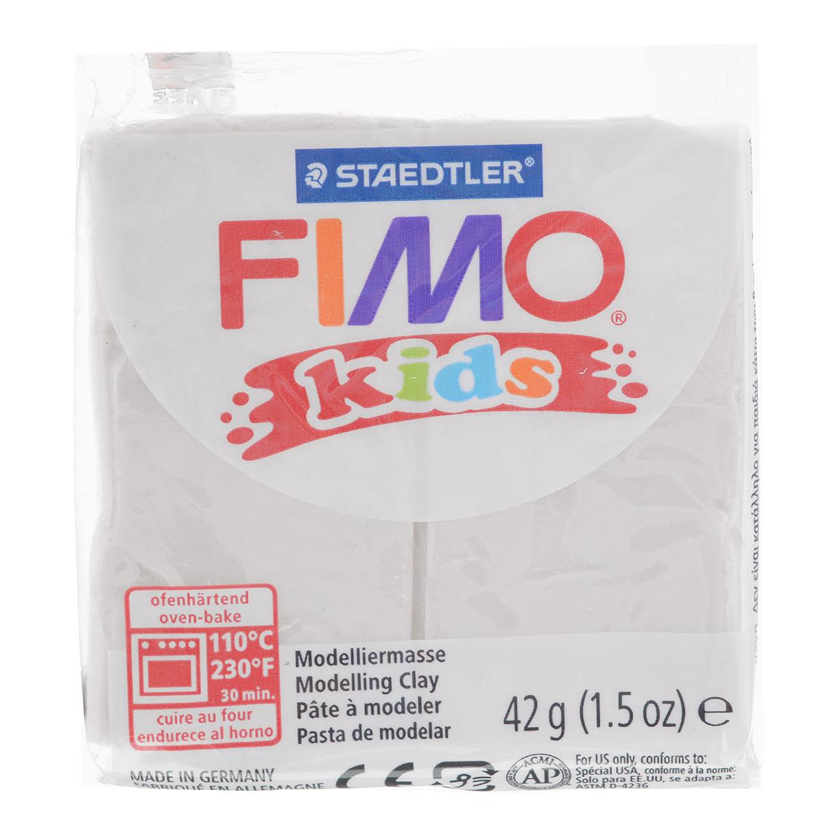 Полимерная глина для детей Fimo Kids, цвет: блестящий белый (052), 42 г8030-052Мягкая глина на полимерной основе (пластика) Fimo Kids идеально подходит для лепки небольших изделий (украшений, скульптурок, кукол) и для моделирования. Глина обладает отличными пластичными свойствами, хорошо размягчается и лепится, легко смешивается между собой, благодаря чему можно создать огромное количество поделок любых цветов и оттенков, не имеет запаха. Идеально подходит для работы с детьми. Блок разделен на 2 сегмента, что позволяет легче разделять глину на порции. В домашних условиях готовая поделка выпекается в духовом шкафу при температуре 110°С в течении 15-30 минут (в зависимости от величины изделия). Отвердевшие изделия могут быть раскрашены акриловыми красками, покрыты лаком, склеены друг с другом или с другими материалами.