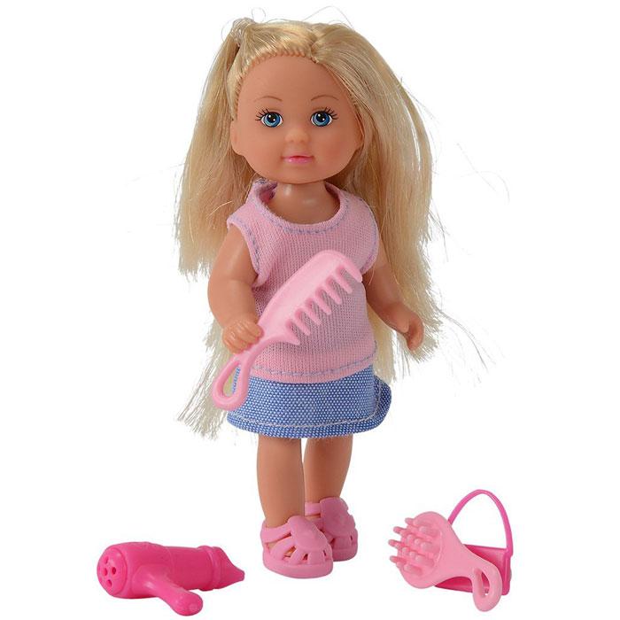 Кукла Simba Еви, с аксессуарами. 57348305734830Кукла Simba Еви порадует любую девочку и надолго увлечет ее. В комплект входит кукла Еви и стильные аксессуары. Малышка Еви одета в розовую маечку и голубую юбку. Вашей дочурке непременно понравится заплетать длинные белокурые волосы куклы, придумывая разнообразные прически. В комплект также входят две расчески, фен и сумочка для куклы. Аксессуары выполнены из прочного пластика розового цвета. Руки, ноги и голова куклы подвижны, благодаря чему ей можно придавать разнообразные позы. Игры с куклой способствуют эмоциональному развитию, помогают формировать воображение и художественный вкус, а также разовьют в вашей малышке чувство ответственности и заботы. Великолепное качество исполнения делают эту куколку чудесным подарком к любому празднику.