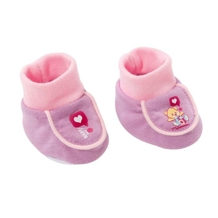 Baby Born Обувь для куклы Ботинки мягкие цвет розовый сиреневый819-494Обувь для куклы Ботинки мягкие подходит ко всем куклам серии Baby Born высотой 43 см. Очаровательные мягкие ботиночки выполнены из высококачественного текстиля. Все девочки очень любят переодевать своих кукол, создавая новые образы, а с наборами одежды Baby Born образы можно менять хоть каждый день. Уважаемые клиенты! Обращаем ваше внимание на ассортимент в дизайне продукции. Поставка осуществляется в зависимости от наличия на складе.