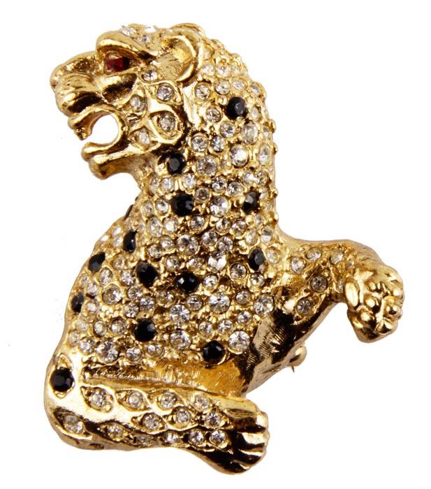 Брошь Леопард. Бижутерный сплав, стразы. Франция, конец ХХ векаFH29824Брошь Леопард. Бижутерный сплав, стразы, эмаль. Западная Европа, конец ХХ века. Размер броши 4,5 х 3,5 см. Сохранность хорошая. Брошь - отличное дополнение вашего наряда. Выполненная из сплава светло -золотого оттенка, брошь включает в себя красивейшие австрийские кристаллы. Небольшие природные пятна леопарда выглядят как настоящие за счет страз черного цвета. Глазик - изумительный кристалл рубинового цвета. Чудесная брошь для дополнения вашего собственного образа. Великолепный подарок для ценителей винтажных украшений.