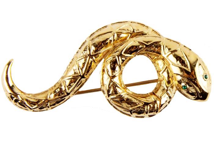 Винтажная брошь Змейка. Металл, австрийские кристаллы. Франция, конец ХХ векаT-B-9138-BROOCH-GOLDВинтажная брошь Змейка. Металл, австрийские кристаллы. Западная Европа, конец ХХ века. Размер: 7 х 4 см. Сохранность хорошая. На обороте брошь имеет клеймо с серийным номером, что говорит об ее уникальности. Брошь прекрасного качества. Небольшой брошь - змейка - чудесное украшение на каждый день. Украшение подойдет и девушкам и дамам элегантного возраста. Брошь в виде змеи, свернувшейся в кольца. Выполнена брошь из ювелирного сплава, с рифлением, имитирующим чешуйки змеи, цвета желтого золота. Голова змейки украшена австрийскими кристаллами прекрасного ювелирного качества. Глазки - кристаллы изумрудного цвета. Брошь с особым шармом и обаянием, которая украсит и дополнит Ваш образ.