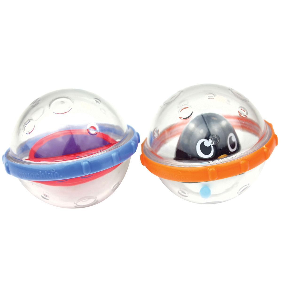 Игровой набор для ванны Munchkin Пузыри-поплавки, цвет: оранжевый, синий11584 NEW_оранжевый, синийИгровой набор для ванны Munchkin Пузыри-поплавки привлечет внимание вашего малыша и превратит купание в веселую игру. Ваш малыш любит погремушки, шарики, вращалки и блестящие вещи? Тогда ему будет очень весело играть с пузырями в ванной. В набор входят два прозрачных шарика, которые прекрасно держатся на воде. Внутри одного пузыря находится милый пингвиненок. Внутри другого пузыря находятся разноцветная вращалка. Игрушки по размеру очень подходят для маленькой детской руки и помогает развивать координацию рук и зрения у ребенка, когда он старается ее рассмотреть, понять, что находится и происходит у нее внутри и встряхивает.