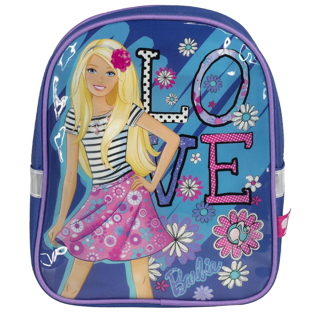 Рюкзак детский Barbie, цвет: синий. BRCB-UT4-521BRCB-UT4-521Детский рюкзак Barbie - это незаменимая вещь для прогулок и повседневных дел, в нем можно разместить самые важные вещи. Пусть у вашего ребенка тоже будет свой собственный рюкзак. Выполнен из прочных и безопасных материалов. Передняя панель украшена ярким изображением куклы Барби. У модели одно вместительное отделение на застежке-молнии. Широкие лямки можно свободно регулировать по длине в зависимости от роста ребенка. Рюкзак оснащен текстильной ручкой для переноски в руке. Светоотражающие элементы обеспечивают безопасность в темное время суток Рекомендуемый возраст: от 7 лет.