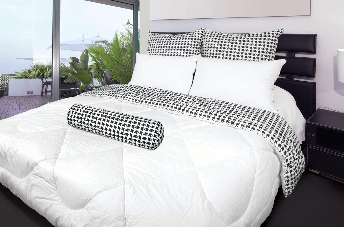 Комплект для спальни Fashion Fantasy, 2 предмета. 218220218220Комплект для спальни Fashion Fantasy состоит из 1,5-спального одеяла и декоративного валика-подушки. Одеяло невероятно мягкое, теплое и нежное. Верх выполнен из плотного перкаля, внутри - объемный наполнитель из сверхтонкого полиэстерового волокна, обладающего всеми свойствами натурального пуха. Одеяло простегано и окантовано. Стежка равномерно удерживает наполнитель внутри. Декоративный валик-подушка снабжен молнией. Одеяло и валик декорированы модным принтом гусиная лапка. Такой комплект стильно дополнит интерьер вашей спальни. Спальные принадлежности Fashion Fantasy разработаны для креативных людей, следящих за модными тенденциями, ценящих инновационные высокотехнологичные материалы, стремящихся окружать себя красивыми и стильными вещами. Ткань верха: перкаль (100% хлопок). Наполнитель: искусственный лебяжий пух (100% полиэстер). Плотность наполнителя одеяла: 300 гр/м2. Масса наполнителя валика: 1200 г. Размер валика: 20...