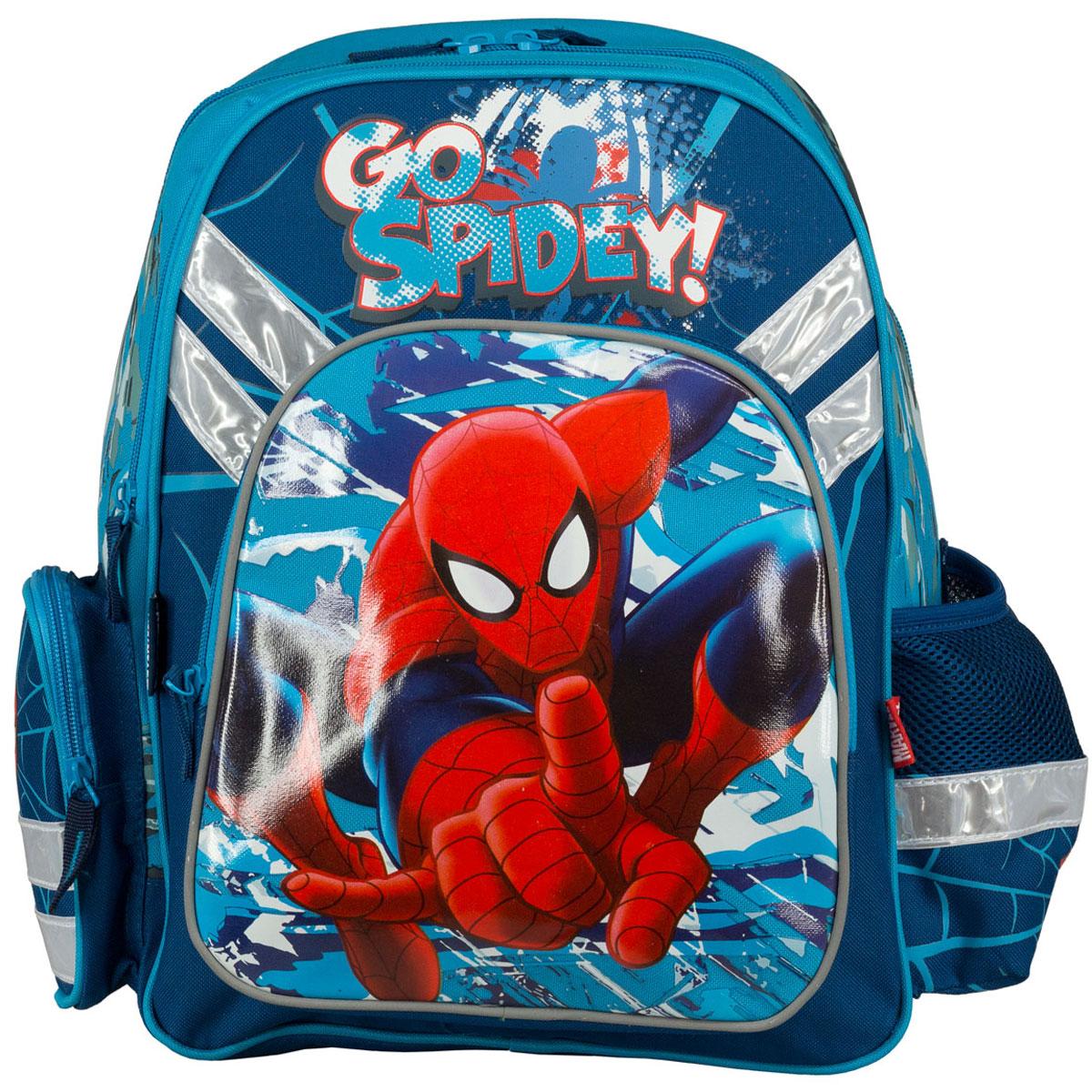 Рюкзак школьный Spider-Man, цвет: темно-синий, голубой. SMCB-MT1-9621SMCB-MT1-9621Рюкзак школьный Spider-Man обязательно понравится вашему школьнику. Выполнен из прочных и высококачественных материалов, дополнен изображением Человека-паука. Содержит два вместительных отделения, закрывающиеся на застежки-молнии. В большом отделении находятся две перегородки для тетрадей или учебников. Дно рюкзака можно сделать жестким, разложив специальную панель с пластиковой вставкой, что повышает сохранность содержимого рюкзака и способствует правильному распределению нагрузки. Лицевая сторона оснащена накладным карманом на молнии. По бокам расположены два накладных кармана: на застежке- молнии и открытый, стянутый сверху резинкой. Специально разработанная архитектура спинки со стабилизирующими набивными элементами повторяет естественный изгиб позвоночника. Набивные элементы обеспечивают вентиляцию спины ребенка. Плечевые лямки анатомической формы равномерно распределяют нагрузку на плечевую и воротниковую зоны. Конструкция пряжки лямок позволяет...