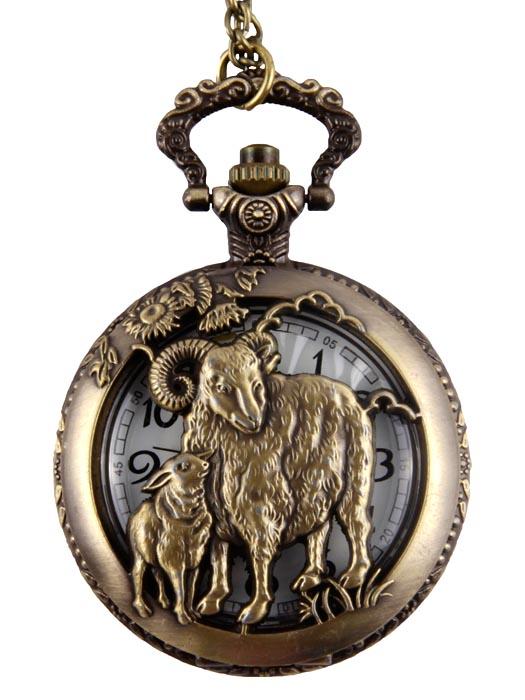 Часы карманные Овца из серии Гороскоп (на цепочке). Металл, стекло, гравировка, кварцевый часовой механизм. Конец XX векаCF988Часы карманные Овца из серии Восточный гороскоп (на цепочке). Металл, стекло, гравировка, кварцевый часовой механизм. Западная Европа, конец XX века. Диаметр 4,5 см, длина цепочки 78 см. Сохранность хорошая. Оригинальные часы - стильный аксессуар с элементом функциональности. Корпуc выполнен из металлического сплава и декорирован гравированным орнаментом. Внутри корпуса под крышкой располагаются кварцевые часики с круглым циферблатом и двумя стрелками. Чаcы крепятся на изящную цепочку для ношения на шее. Этот яркий и необычный аксессуар, несомненно, привлечет внимание и подчеркнет ваш стиль.