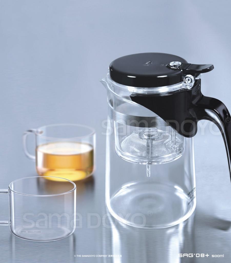 Набор для чая SAMADOYO SAG-08+, (чайник+ 2 чашки)SAG-08+Прекрасный набор для чая, состоящий из чайника SAG-08 и 2-х кружек для чая .Заварочный чайник SAG-08 – простой и в тоже время профессиональный инструмент для того, чтобы заварить ваш любимый чай. Уникальный механизм слива чайного настоя позволяет Вам получить напиток любой степени крепости. Такая технология заваривания чая повторяет основной смысл чайной церемонии – получить напиток максимального качества. Однако имеет перед ней два существенных преимущества – мобильность и простоту. Чайник можно не только с комфортом использовать на работе или в офисе, но и взять с собой в путешествие, чтобы ваш любимый чай был всегда с вами! Чайник выполнен из высококачественного боросиликатного стекла и выдерживает температуры до 180 С, что позволяет не беспокоиться относительно слишком горячего кипятка. Заварочная колба выполнена из специального пищевого пластика, имеет металлическую сеточку-фильтр, предотвращающий попадания чаинок в настой, а специальный запатентованный клапан сливает все без...