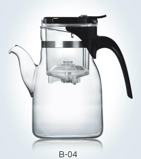 Чайник заварочный Samadoyo, 900 мл02306Заварочный чайник Samadoyo - простой и в тоже время профессиональный инструмент для того, чтобы заварить ваш любимый чай. Уникальный механизм слива чайного настоя позволяет вам получить напиток любой степени крепости. Чайник можно не только комфортно использовать на работе или в офисе, но и взять с собой в путешествие, чтобы ваш любимый чай был всегда с вами! Чайник выполнен из высококачественного боросиликатного стекла и выдерживает температуру до 180°С, что позволяет не беспокоиться относительно слишком горячего кипятка. Заварочная колба выполнена из специального пищевого пластика, имеет металлический фильтр, предотвращающий попадание чаинок в настой, а специальный запатентованный клапан сливает все без остатка в чайник. Края крышки колбы имеют специальные бортики. Это очень удобно в тех случаях, когда колбу, после заваривания, нужно поставить на стол и при этом не пролить чай. Колбу по необходимости можно купить отдельно. Объем внутренней...