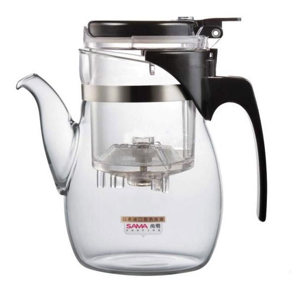 Чайник заварочный SAMADOYO B-06, 600 млB-06Заварочный чайник B-06 – простой и в тоже время профессиональный инструмент для того, чтобы заварить ваш любимый чай. Уникальный механизм слива чайного настоя позволяет Вам получить напиток любой степени крепости.Такая технология заваривания чая повторяет основной смысл чайной церемонии – получить напиток максимального качества. Однако имеет перед ней два существенных преимущества - мобильность и простоту. Чайник можно не только с комфортно использовать на работе или в офисе, но и взять с собой в путешествие, чтобы ваш любимый чай был всегда с вами! Чайник выполнен из высококачественного боросиликатного стекла и выдерживает температуры до 180 С, что позволяет не беспокоиться относительно слишком горячего кипятка. Заварочная колба выполнена из специального пищевого пластика, имеет металлическую сеточку-фильтр, предотвращающий попадание чаинок в настой, а специальный запатентованный клапан сливает все без остатка в кружку. Колбу по необходимости можно купить отдельно. Несколько...