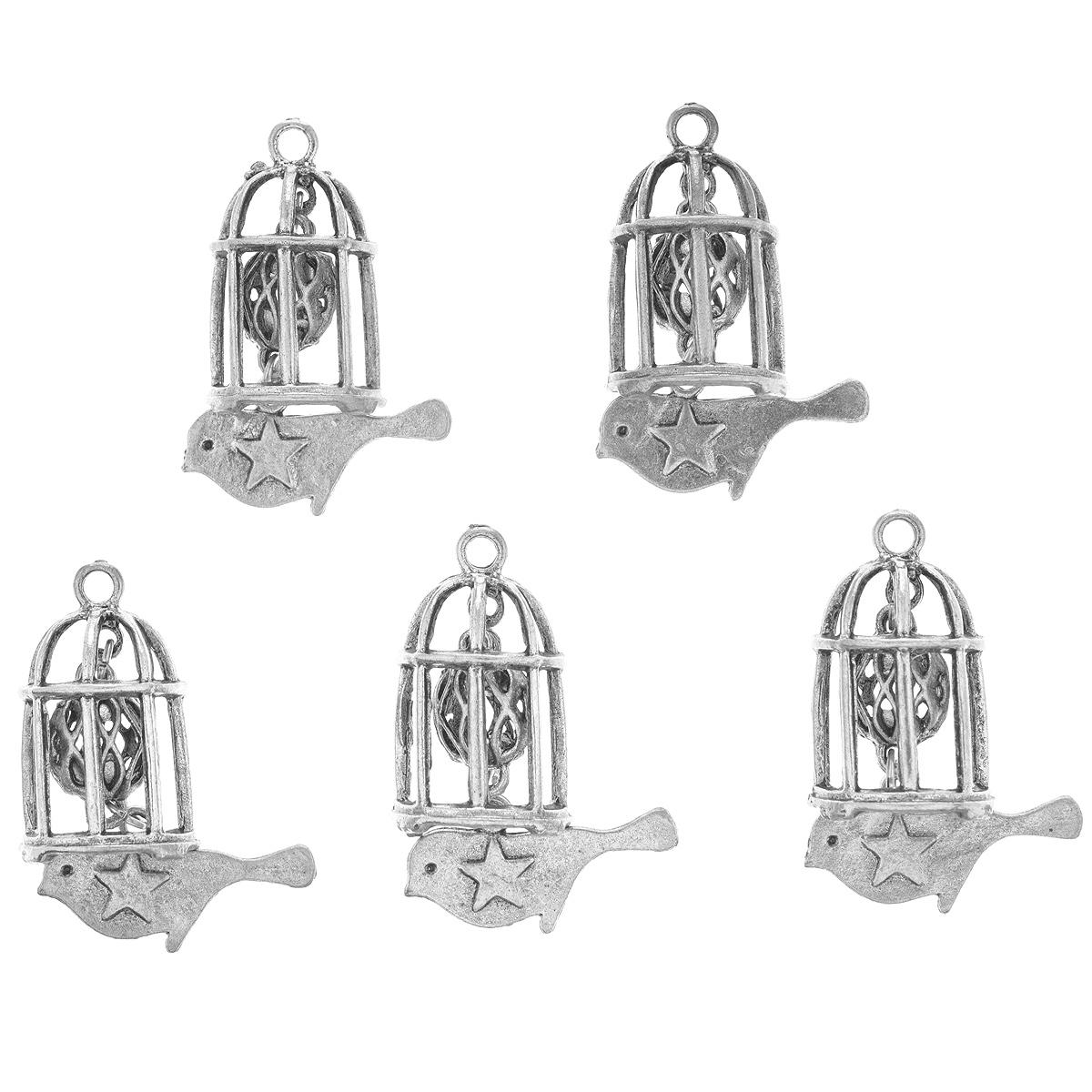 Набор подвесок ScrapBerrys Клетка с кулоном, цвет: серебристый, 29 мм х 95 мм, 5 штSCB25011534sНабор ScrapBerrys Клетка с кулоном состоит из 5 декоративных подвесок, выполненных из металла. Изделия предназначены для создания бижутерии, их также можно использовать для украшения альбомов, открыток, рамок, скрап-страничек. Подвески ScrapBerrys помогут воплотить вашу творческую задумку и создать оригинальную неповторимую бижутерию.
