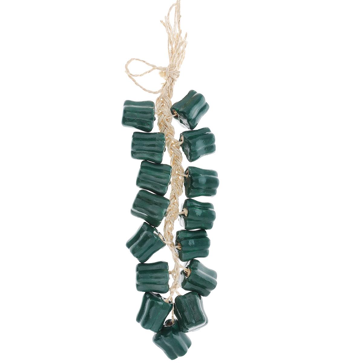 Декоративное украшение для кухни House & Holder Перец болгарский, цвет: зеленый, 55 х 11,5 х 4,5 смDP-B35-80592Оригинальное декоративное украшение House & Holder Перец чили выполнено из керамики и веревки. Такое украшение дополнит интерьер вашей кухни, а также может стать оригинальным сувениром для ваших друзей и близких. Размер перца: 4 см х 3,5 см х 3,5 см. Размер украшения: 55 см х 11,5 см х 4,5 см.
