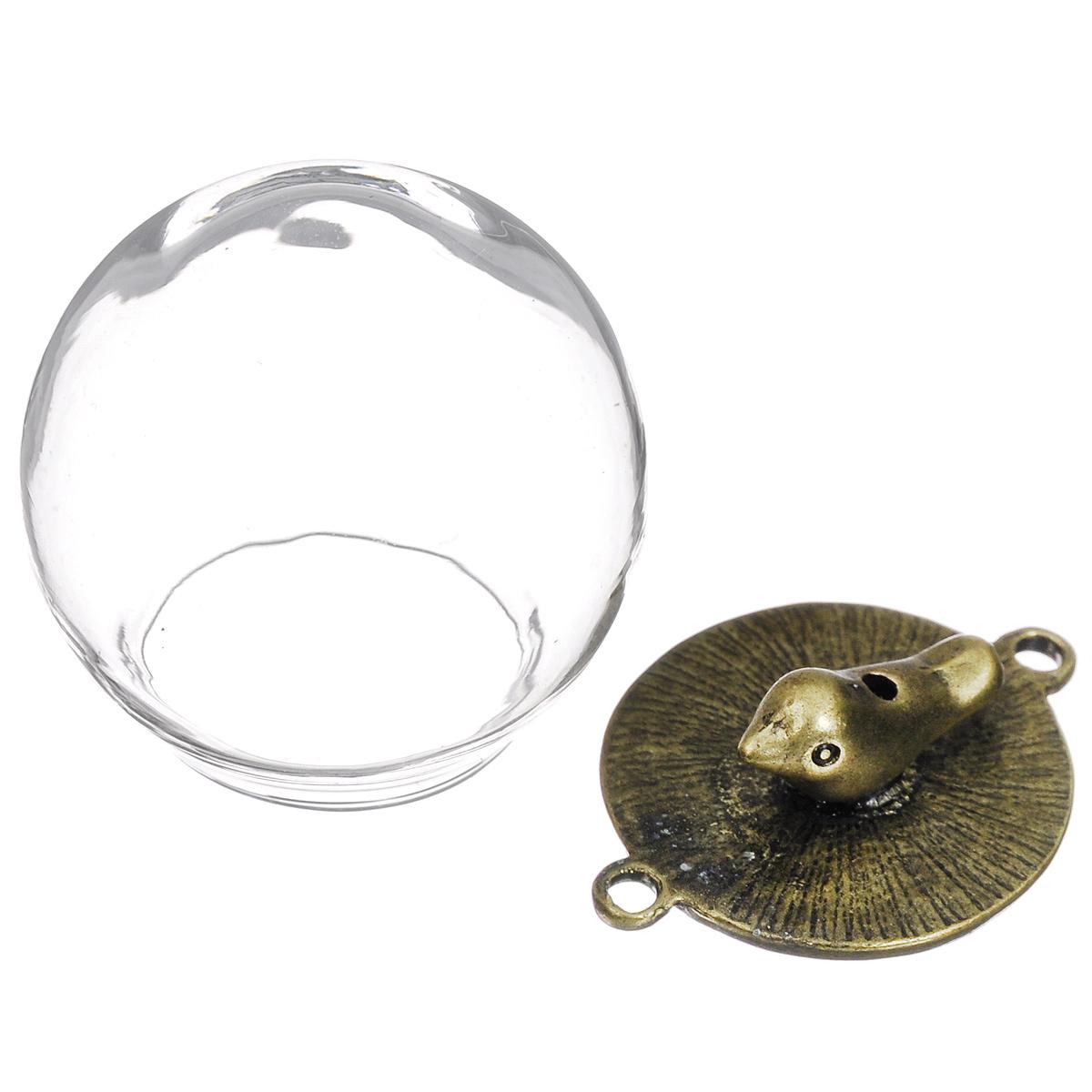 Кулон стеклянный ScrapBerrys Шар, с фигуркой птички, диаметр 30 ммSCB24001017Стеклянный кулон ScrapBerrys - это украшение, состоящее из ажурной металлической основы, оформленной фигуркой птички, и стеклянного колпачка в форме шара. Основа имеет две петельки. Колпачок можно использовать как оригинальный декор, как основу для бижутерии, для создания оригинальных флористических композиций, панно, кукольных миниатюр, в качестве мини шэдоу-бокса и еще множеством способом. Внутрь можно поместить цветы, бусины, стразы и многое другое. Изделия ScrapBerrys помогут воплотить вашу творческую задумку и создать оригинальные неповторимые украшения. Диаметр основы: 20 мм. Диаметр шара: 30 мм.