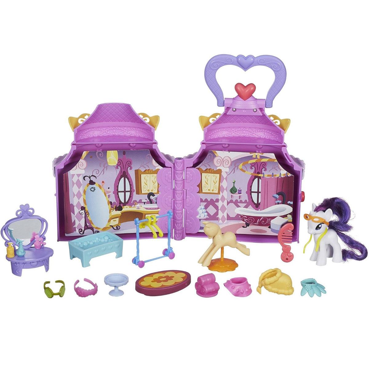 My Little Pony Игровой набор Бутик РаритиB1372EU4Новый игровой набор Бутик Рарити из серии My Little Pony от Hasbro станет любимой игрушкой для вашей девочки! Внешне игрушка похожа на небольшой круглый домик, крышу которого украшает сердечко. В нем есть три разных помещения: спальня, спа-салон и прихожая. Внутри домик разделен несколькими картонными страничками, на которых нарисован интерьер комнаты. Перелистнув раз, получится ванная комната, второй - прихожая, третий - пони Рарити окажется в спа-салоне. Меняются декорации одним движением руки, нужно лишь перелистнуть страничку! Также в наборе есть более 20 аксессуаров, которыми можно обставлять комнаты. Юная поклонница мультсериала Дружба - это чудо! сможет брать с собой игровой набор Бутик Рарити куда угодно. Достаточно просто закрыть домик, соединив две половинки и взяться за удобную ручку, прикрепленную к крыше домика. На передней ноге пони Рарити находится QR-код в виде сердечка, просканировав который при помощи любого мобильного устройства, можно открыть...