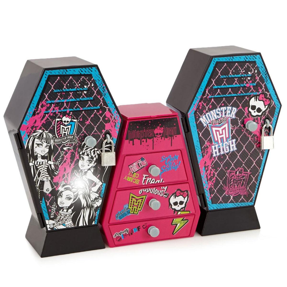Игровой набор Monster High Музыкальный шкаф с ключом, цвет: черный, розовый870352_шкафы черныеМузыкальный шкаф с ключом из серии Monster High с аксессуарами - великолепная новинка для всех любительниц знаменитых фэшн-кукол. Шкаф выполнен из трех секций, в которые девочка сможет положить свои любимые аксессуары и бижутерию. Центральная часть в виде комода с 3-мя ящичками и зеркалом позволит хранить колечки, сережки и любимые заколочки. Шкатулка и шкафчики закрываются на ключик, так что никто не узнает всех секретов вашей малышки. Но и это еще не все! Шкафчик имеет музыкальное сопровождение и позволяет проигрывать любимую классическую мелодию из мультфильма Школа Монстров. Все детали изготовлены из высококачественного нетоксичного материала. В комплекте: шкаф, наклейки, аксессуары.