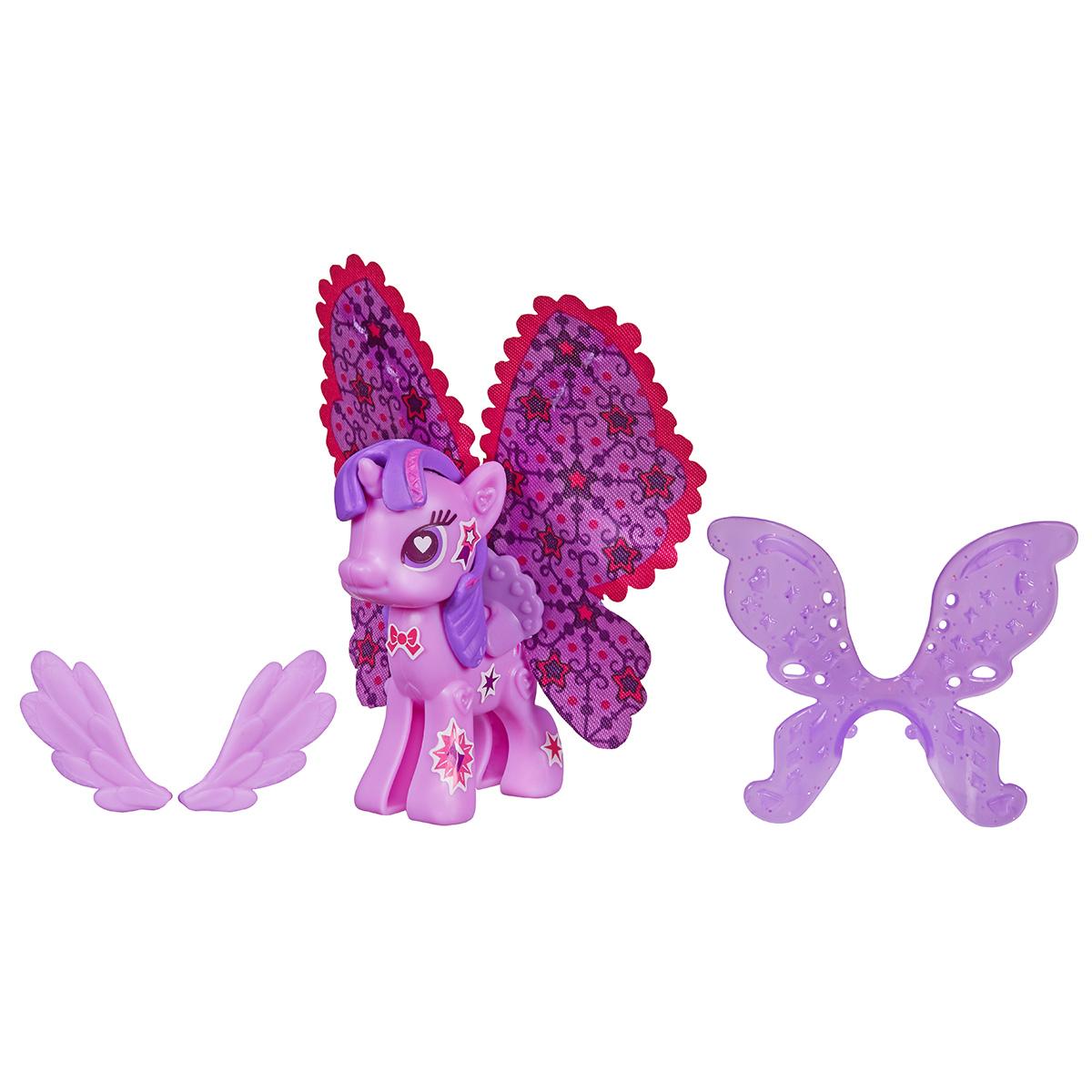 Игровой набор My Little Pony Пони с крыльями, цвет: сиреневыйB3590EU4С помощью игрового набора My Little Pony Пони с крыльями вы соберете любимую лошадку пони Твайлайт Спаркл с шикарными крыльями своими руками, создав ей неповторимый стиль! В наборе находится все необходимое: каркас лошадки, половинки которого необходимо соединить между собой, грива, хвостик, несколько видов крыльев - от маленьких до огромных, а еще красочные наклейки, которыми можно украшать крылышки или туловище лошадки. На получившуюся фигурку пони нужно поочередно прикрепить детали набора, а затем украсить получившуюся лошадку разноцветными блестящими наклейками, эффектно дополняющими образ. Фигурки, детали и даже аксессуары из других наборов серии Создай свою пони My Little Pony совместимы между собой. Собрав всю серию конструкторов можно комбинировать прически, крылья, аксессуары и наклейки разных лошадок, создавая по-настоящему уникальные игрушки!