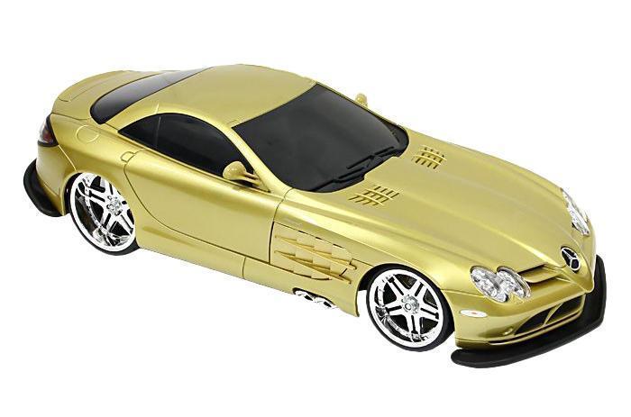 Maisto Радиоуправляемая модель Mercedes SLR McLaren цвет золотистый81022_золотистыйРадиоуправляемая модель Мерседес-Бенц SLR McLaren стильного золотистого цвета, является точной уменьшенной копией настоящего автомобиля. Машинка при помощи пульта управления движется вперед, дает задний ход, поворачивает влево и вправо, останавливается. С помощью пульта управления также можно контролировать свет передних и задних фар (выключение, ближний свет, дальний свет). Шины модели выполнены из резины. Машина развивает хорошую скорость и обладает высокой стабильностью движения, что позволяет полностью контролировать процесс, управляя уверенно и без суеты. Пульт управления имеет три частоты, что позволяет одновременно управлять 2-3 моделями. Такая модель станет отличным подарком не только любителю автомобилей, но и человеку, ценящему оригинальность и изысканность, а качество исполнения представит такой подарок в самом лучшем свете.