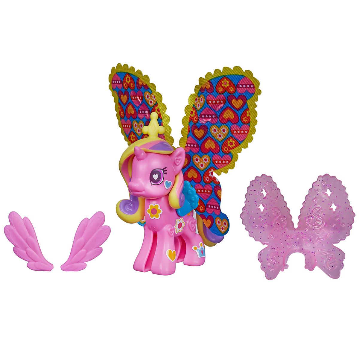 Игровой набор My Little Pony Пони с крыльями, цвет: розовыйB3590EU4С помощью игрового набора My Little Pony Пони с крыльями вы соберете любимую лошадку пони Твайлайт Спаркл с шикарными крыльями своими руками, создав ей неповторимый стиль! В наборе находится все необходимое: каркас лошадки, половинки которого необходимо соединить между собой, грива, хвостик, несколько видов крыльев - от маленьких до огромных, а еще красочные наклейки, которыми можно украшать крылышки или туловище лошадки. На получившуюся фигурку пони нужно поочередно прикрепить детали набора, а затем украсить получившуюся лошадку разноцветными блестящими наклейками, эффектно дополняющими образ. Фигурки, детали и даже аксессуары из других наборов серии Создай свою пони My Little Pony совместимы между собой. Собрав всю серию конструкторов можно комбинировать прически, крылья, аксессуары и наклейки разных лошадок, создавая по-настоящему уникальные игрушки!