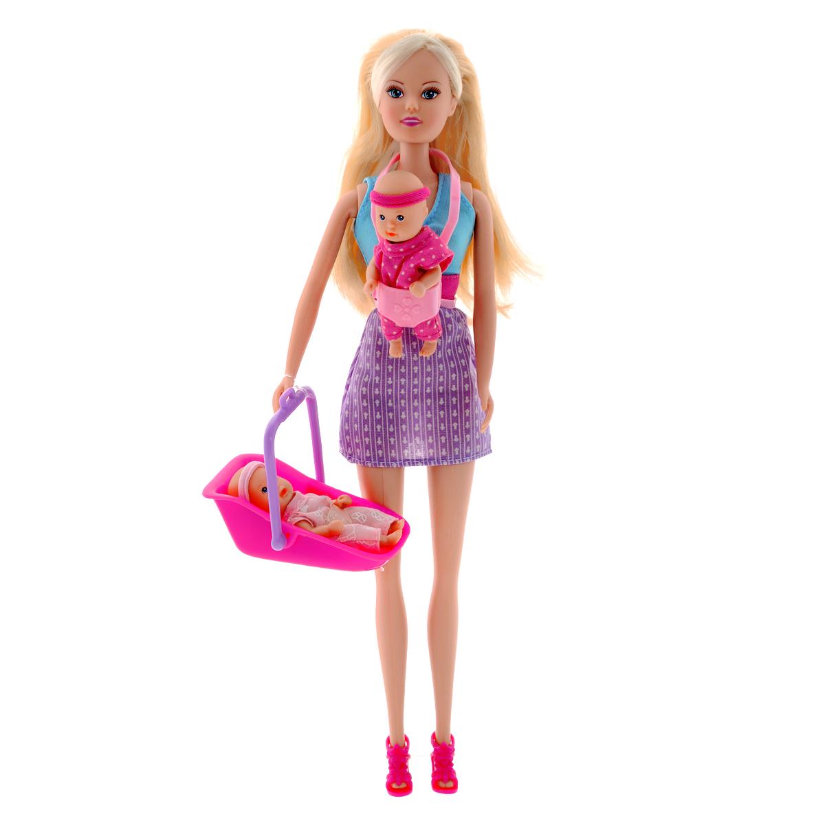 Simba Кукла Steffi Love Babysitter5730211Кукла Simba Steffi Love. Babysitter надолго займет внимание вашей малышки и подарит ей множество счастливых мгновений. Кукла изготовлена из пластика, ее голова, ручки и ножки подвижны, что позволяет придавать ей разнообразные позы. В комплект также входят 2 фигурки малышей с подвижными ручками, ножками и головками, люлька-переноска, переноска-кенгуру, и 12 аксессуаров для кормления и ухода за малышами. Куколка одета в удобное платье без рукавов, а на ногах у нее - стильные босоножки. Чудесные длинные волосы куклы так весело расчесывать и создавать из них всевозможные прически, плести косички, жгутики и хвостики. Благодаря играм с куклой, ваша малышка сможет развить фантазию и любознательность, овладеть навыками общения и научиться ответственности, а дополнительные аксессуары сделают игру еще увлекательнее. Порадуйте свою принцессу таким прекрасным подарком!