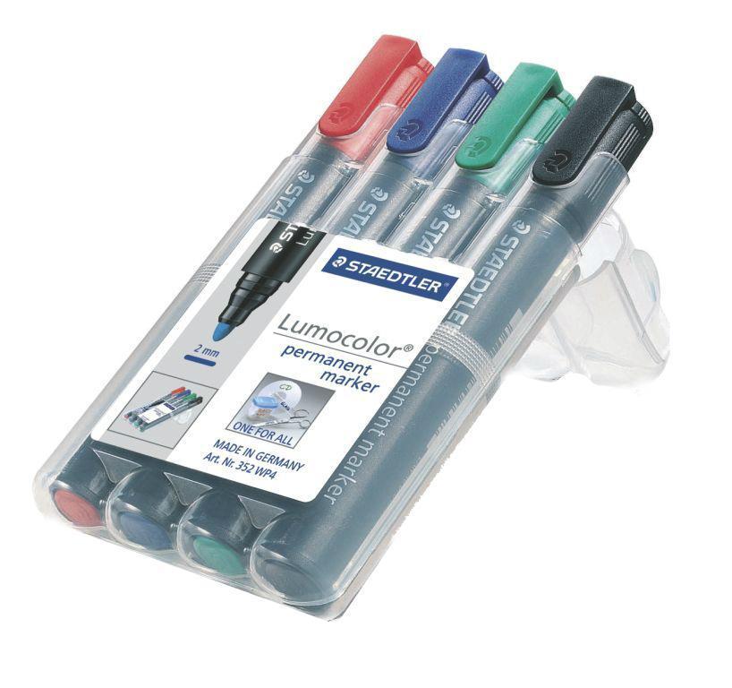 Staedtler Набор перманентных маркеров Lumocolor 4 цвета352Перманентные маркеры Staedtler Lumocolor применяются для письма на различных типах поверхностей: бумаге, пластике, стекле, фарфоре, дереве, металле, флипчарте и так далее. Быстросохнущие водостойкие чернила на спиртовой основе практически не имеют запаха. Уникальная система DRY SAFE позволяет оставлять маркер без колпачка на несколько дней без угрозы высыхания. Маркеры могут дозаправляться без контакта и вытекания чернил. В наборе 4 маркера различных цветов.