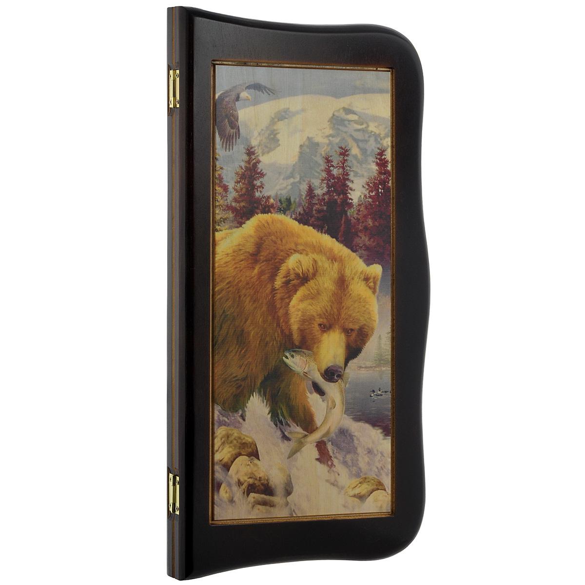 Нарды средние Perfecto Медведь, размер: 50х25х5 см. rez-095rez-095Нарды Медведь представляют собой деревянный кейс, выполненный из хвойных пород деревьев. Верхняя часть кейса украшена изображением медведя с рыбой в пасти. Обратная сторона резная, с полем для игры в шашки. Внутренняя часть кейса - игровое поле для игры в нарды. В набор входят два игральных кубика и деревянные шашки. Цель игры состоит в том, чтобы сначала привести шашки в свой дом (мешая в тоже время сделать это сопернику), а затем, когда это удалось сделать, снять их с доски быстрее соперника. Побеждает тот, кто первым снял свои шашки. Нарды - древняя восточная игра. Родина этой игры неизвестна, однако, известно, что люди играют в эту игру уже более 7000 лет. На игровой доске все кратно шести и имеет связь со временем. 24 пункта представляют 24 часа, 30 шашек представляют 30 дней в месяце, 12 пунктов на каждой стороне доски символизируют 12 месяцев. Нарды - это отличный подарок, который понравится каждому и подойдет к любому поводу. Высокое качество...