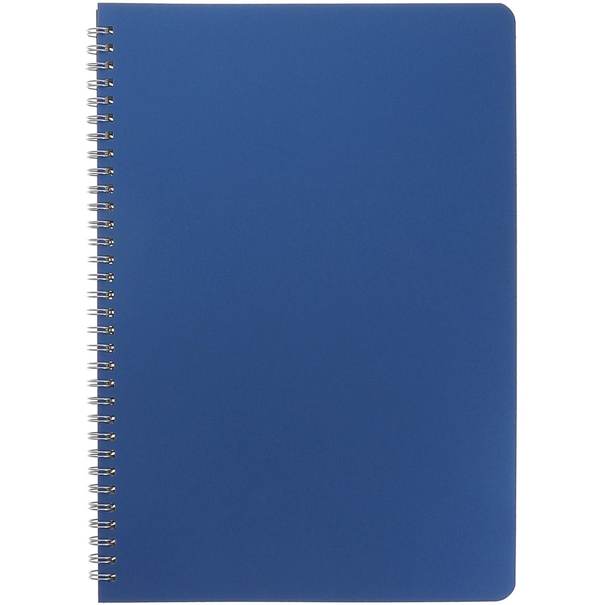 Блокнот Альт Офис-лайн, цвет: синий, 80 листов, формат А4. 7-80-3467-80-346Офисный блокнот серии Office line олицетворяет классический стиль с присущей ему строгостью и сдержанностью. Блокнот имеет прочную пластиковую обложку, надежно защищающую бумажный блок из 80 листов, разлинованных в клетку. Высококачественная мелованная бумага подходит для работы любыми видами чернил. Блокнот формата А4 удобен для использования на рабочем столе. Обложка синего цвета - вечная классика, не выходящая из моды. Блокнот на стильном металлическом гребне обладает удобной конструкцией, позволяя вырывать при необходимости листы, не нарушая целостность остальных страниц.