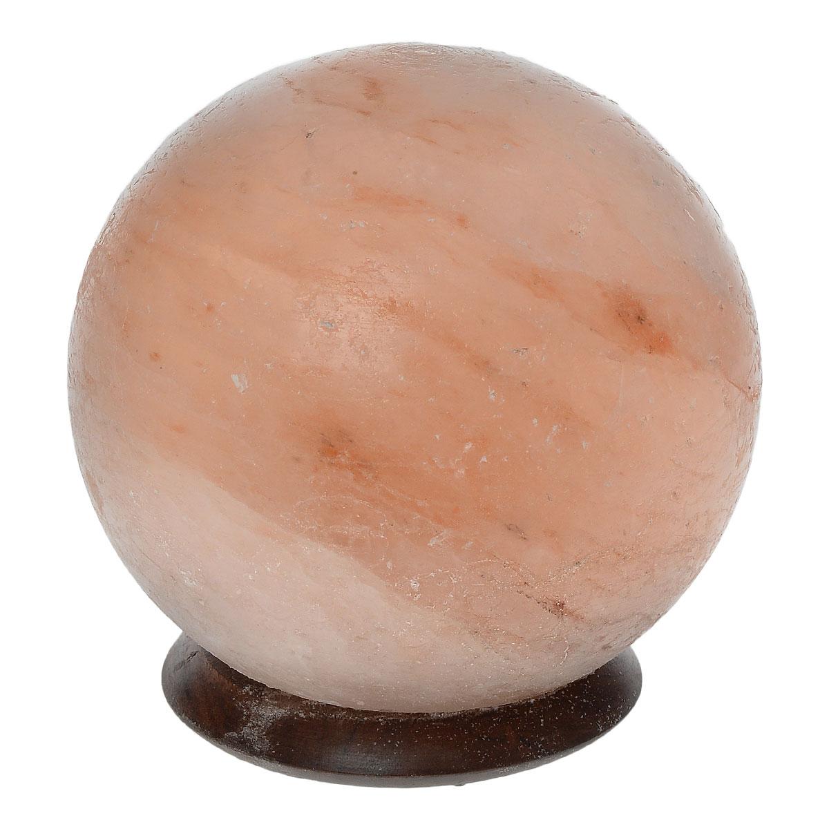 Лампа солевая Zenet Шар2180Лампа Zenet Шар, изготовленная из природной каменной соли, имеет форму шара. Материал плафона лампы - натуральная гималайская соль из Пакистана. Соль в холодном состоянии обладает способностью поглощать влагу из воздуха, а при нагреве выделять влагу. Источником света в лампе служит электрическая лампочка (входит в комплект). Изделие имеет деревянную подставку. Солевая лампа станет не только прекрасным элементом интерьера, но и мягким природным ионизатором, который принесет в ваш дом красоту, гармонию и здоровье. Преимущества очищения воздуха каменной солью: - облегчение головной боли при мигрени, - повышение уровня серотонина в крови, - уменьшение тяжести приступов астмы, - укрепление иммунной системы и снижение уязвимости к простуде и гриппу. Напряжение: 220 В. Максимальная мощность: 15 Вт. Тип патрона: Е14. Высота лампы: 16 см. Диаметр: 14 см. Диаметр подставки: 10 см. Высота подставки: 2 см....