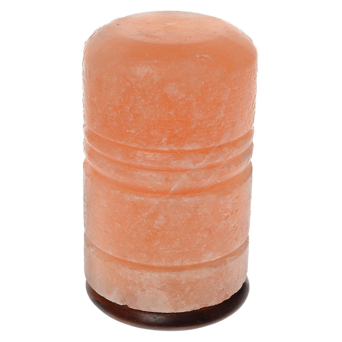 Солевая лампа Zenet Римский столб, 3-5 кг2400Солевая лампа Zenet - это уникальный прибор, который станет изюминкой вашего интерьера, благотворно повлияет на организм и очистит воздух в помещении. Материал плафона лампы - натуральная каменная соль из Пакистана (самая древняя на планете). Внутри расположена обычная электрическая лампа мощностью 15 ватт. Будучи включенной, лампочка нагревает окружающий ее кристалл, благодаря чему в помещении ощутимо увеличивается количество отрицательных ионов, благотворно влияющих на самочувствие и здоровье человека. Таким образом, солевая лампа является естественным ионизатором воздуха. При этом благородный красноватый оттенок кристалла создает очень теплое, загадочное свечение. Благодаря особенностям строения кристаллической решетки соль нейтрализует вредное влияние электромагнитного излучения, производимого работой бытовой и промышленной техники. Солевая лампа благотворно влияет на здоровье, укрепляет иммунитет и повышает жизненный тонус, гармонизирует психику. Кристаллическая...