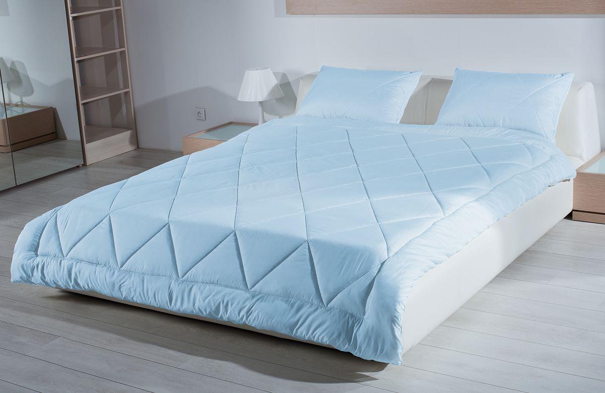 Одеяло Primavelle Bellissimo, наполнитель: кашгоры, цвет: голубой, 140 см х 205 см120796102Одеяло Primavelle Bellissimo - стильная и комфортная постельная принадлежность, которая подарит уют и позволит окунуться в здоровый и спокойный сон. Чехол одеяла выполнен из пуходержащего батиста голубого цвета с благородным глянцем и оформлен крупной квадратной стежкой. Двойная окантовка голубого чехла позволяет удерживать наполнитель внутри и сохраняет одеяло мягким и объемным долгое время. Внутри - наполнитель из отборной шерсти кашгоры. Шерсть проходит специальную обработку многофункциональным гигиеническим и противоаллергенным средством Antigard. Кассетное распределение шерсти в чехле позволяет одеялу принимать форму вашего тела, делая сон более комфортным и заключая вас в теплый кокон. Одеяло просто в уходе, подходит для машинной стирки, быстро сохнет. Упаковано в текстильную стеганую сумку с вышитым логотипом фирмы Primavelle. Материал чехла: батист (100% хлопок). Наполнитель: шерсть кашгоры (70%...