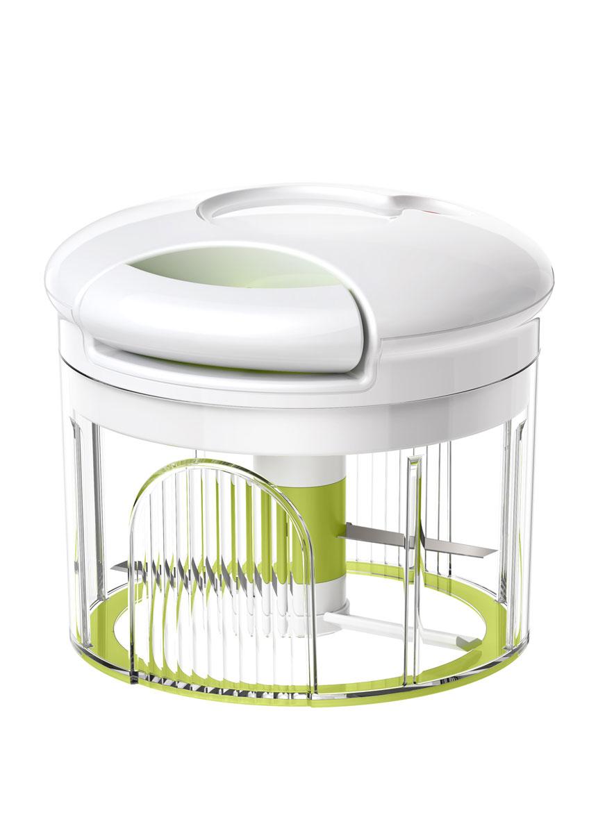 Овощерезка Emsa Turboline515043Овощерезка Emsa Turboline - это сверхскоростная шинковка фруктов, овощей, зелени, орехов, мяса и рыбы. Изделие представляет собой прозрачный пластиковый контейнер, внутри которого расположена ось с лезвиями. Закрывается контейнер специальным блоком с приводом. Овощерезкой очень легко пользоваться. Хоть она и механическая, не нужно прикладывать никакие усилия. Просто потяните за ручку с приводом, и ось с лезвиями придет в движение. Степень измельчения можно регулировать: чтобы нарезать продукт кубиками, достаточно 5-6 раз потянуть за ручку, для мелкой нарезки - 13-20 раз. Такая овощерезка станет незаменимым помощником у вас на кухне. Объем контейнера: 900 мл. Диаметр контейнера: 12,5 см. Высота стенки контейнера: 8 см. Общая высота овощерезки: 12 см.