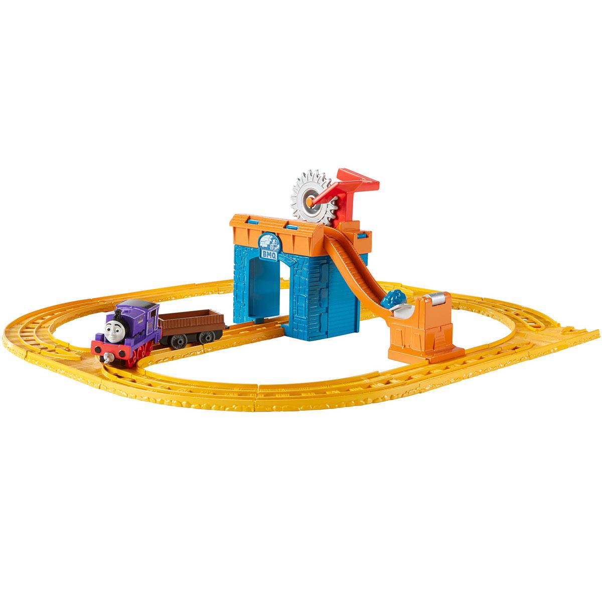 Thomas&Friends Игровой набор Collectible Railway Чарли за работойCDV08Thomas&Friends Игровой набор Collectible Railway Чарли за работой позволит малышу построить погрузочную станцию вместе с железной дорогой для успешной работы паровозика Чарли. Погрузочная станция оснащена конвейером и ковшом, а также большой шестеренкой, вращение которой управляется с помощью педального механизма.