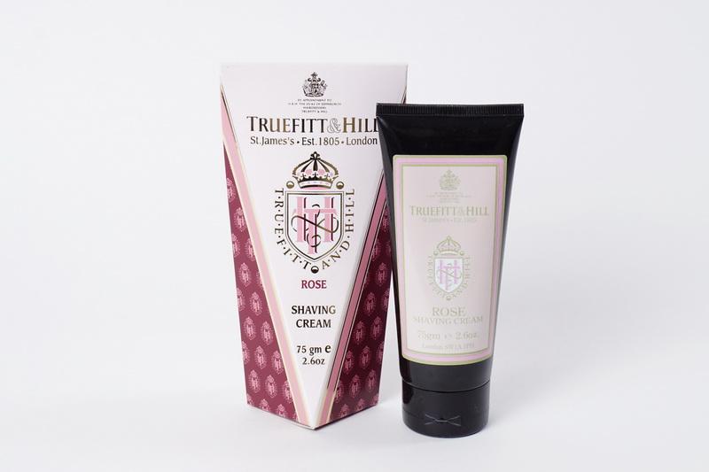 Truefitt&Hill Крем для бритья Rose Shaving Cream ( в тюбике) 75 мл00060TRUEFITT&HILL являются держателями королевского разрешения на поставку продукции Королевскому двору. Высококачественные кремы для бритья на глицериновой основе - самый комфортный способ достичь совершенства. TRUEFITT&HILL Крем для бритья Rose Shaving Cream ( в тюбике). Белоснежно-жемчужная эмульсия шелковистой текстуры, легко взбивающаяся в пену. С экстрактом розы, освежает и тонизирует кожу, подходит для любого типа кожи. Преимущества: Образует густую пену, приподнимает, размягчает волоски и обеспечивает хорошее скольжение лезвия для идеального гладкого бритья. Глицерин мгновенно увлажняет и смягчает кожу. Подходит для чувствительной кожи