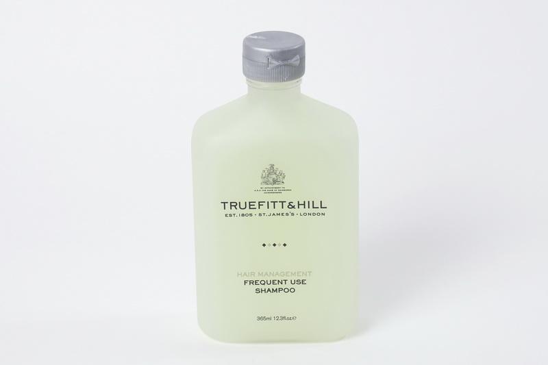 Truefitt&Hill Шампунь для волос для ежедневного использования. Frequent Use Shampoo, 365 мл10006Эффективно и бережно очищающий шампунь заботится о волосах. Дарит хорошее настроение благодаря тонизирующему аромату розмарина и мяты. Преимущества: обеспечивает эффективное, но бережное очищение; Не провоцирует выпадение волос; Помогает волосам сохранить цвет; Придаёт блеск; Облегчает укладку; Подходит для всех типов волос, в том числе окрашенных и повреждённых. Отлично подходит для ежедневного использования.