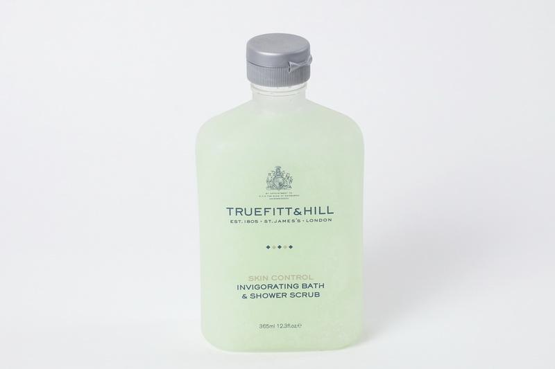 Truefitt&Hill Тонизирующий скраб для тела Invigorating Bath & Shower Scrub 365 мл.10014TRUEFITT&HILL Invigorating Bath & Shower Scrub 365 мл. Тонизирующий скраб для теля ( во флаконе). Тонизирующий скраб с ароматом розмарина и мяты содержит гранулы жожоба для эффективной и бережной эксфолиации кожи. Алоэ и экстракт морских водорослей смягчают кожу и способствуют ускорению процессов её естественной регенерации, а хелатирующий агент предотвращает образование минеральных соединений на поверхности кожи.