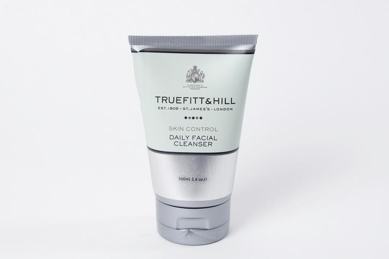 Truefitt&Hill Очищающее средство для лица Daily Facial Cleanser 100 мл.10015TRUEFITT&HILL Daily Facial Cleanser 100 мл. Очищающее средство для лица. Формула, включающая гранулы жожоба, способствует эффективному отшелушиванию клеток кожи, масла винограда, лаванды и одуванчика придают ей увлажняющие свойства и улучшают общее состояние кожи, а нежная кремовая текстура обеспечивает невероятный комфорт процедуры очищения. Продукт не образует пены и предназначен для ежедневного использования (1-2 раза в день)!