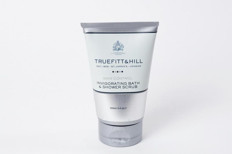 Truefitt&Hill Тонизирующий скраб для тела Invigorating Bath & Shower Scrub 100 мл.10025TRUEFITT&HILL Invigorating Bath & Shower Scrub 365 мл. Тонизирующий скраб для теля ( во флаконе). Тонизирующий скраб с ароматом розмарина и мяты содержит гранулы жожоба для эффективной и бережной эксфолиации кожи. Алоэ и экстракт морских водорослей смягчают кожу и способствуют ускорению процессов её естественной регенерации, а хелатирующий агент предотвращает образование минеральных соединений на поверхности кожи.