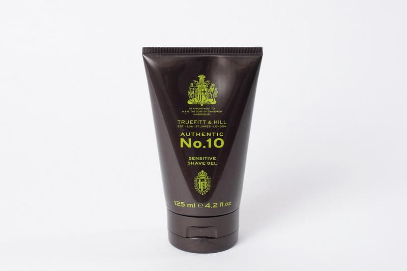 Truefitt&Hill Гель для бритья для чувствительной кожи Authentic №10 Sensitive Shave Gel 125 мл1002Десятый классический аромат в коллекции Truefit&Hill. Свежие цитрусовые ноты, на которых основана композиция, приобретают изысканный характер в сочетании с бергамотом, розмарином, жасмином, иланг-илангом, лилией и пачули. Гармонию довершают мускусные, амбровые, кедровые и сандаловые ноты. Гель для бритья для чувствительной кожи Authentic №10 Sensitive Shave Gel идеально подходящий чувствительной коже, гарантирует тщательное и при этом очень деликатное бритьё.