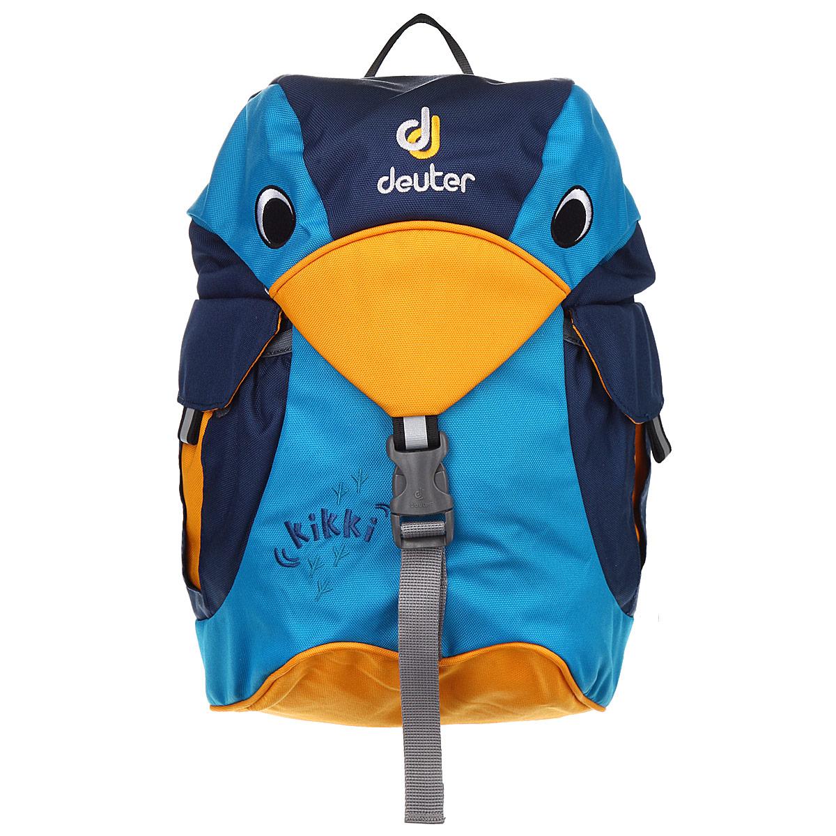 Рюкзак детский Deuter Kikki, цвет: синий, голубой, желтый. 36093-3312-036093-3312-0Рюкзак детский Deuter Kikkiстанет замечательным подарком вашему ребенку и доставит ему много удовольствия. Рюкзак выполнен из прочного полиэстера синего, голубого и желтого цветов и состоит из одного вместительного отделения, затягивающегося на текстильный шнурок. Внутри отделения находится большой карман, стянутый сверху резинкой. Рюкзак закрывается стилизованным под голову птицы клапаном, застегивающимся на защелку. На внутренней стороне клапана пришита именная бирка для заполнения личных данных владельца. По бокам рюкзака расположены два внешних кармана, закрывающиеся клапанами на липучках. Рюкзак дополнительно фиксируется на груди при помощи регулируемых по длине текстильных ремней на защелке. Конструкция ортопедической спинки рюкзака позволяет уменьшить нагрузку на спину. Широкие мягкие лямки равномерно распределяют нагрузку на плечевой пояс. Рюкзак оснащен удобной текстильной ручкой для переноски в руке. Светоотражающие элементы не оставят владельца рюкзака незамеченным...