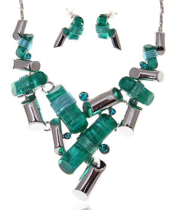 Комплект Джаз: ожерелье и серьги-пусеты. Ювелирный пластик бирюзового цвета, кристаллы зеленого цвета, бижутерный сплав серебряного тона. Гонконг, 2000-е гг.T-B-9271-SET-ML.BLUEКомплект Джаз: ожерелье и серьги-пусеты. Ювелирный пластик бирюзового цвета, кристаллы зеленого цвета, бижутерный сплав серебряного тона. Гонконг, 2000-е гг. Размер: Ожерелье - полная длина 40-49 см, регулируется за счет застежки-цепочки. Серьги - 2 х 1 см. Сохранность превосходная, изделие не было в использовании.