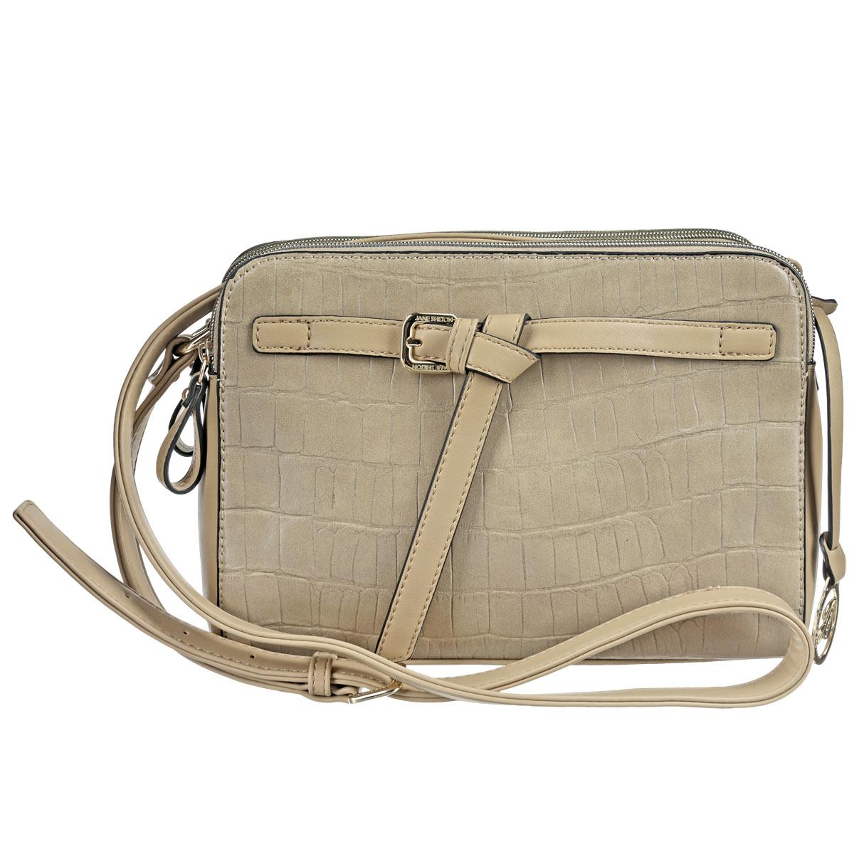 Сумка женская Jane Shilton, цвет: песочный. 17061706Стильная женская сумка Jane Shilton изготовлена из высококачественной искусственной кожи и исполнена в лаконичном стиле. Изделие дополнено изящным ремешком и декоративным элементом с названием бренда. Регулируемый плечевой ремень прочно крепится к корпусу сумки. Изделие имеет три отделения, два из которых на застежке-молнии и одно на замке-магните. Внутреннее отделение содержит один накладной карман для мобильного телефона и врезной карман на молнии. Фурнитура золотистого цвета. Современная женщина - особа взыскательная. Для работы и выхода в свет ей необходим практичный аксессуар, который бы легко и изящно дополнял любой комплект. Для таких женщин и предназначены сумки семьи Shilton, они будут долго служить верой и правдой своей обладательнице.