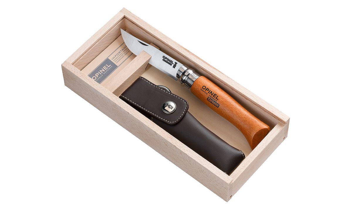 Нож Opinel n°8 углеродистая сталь, подарочная коробка, чехол 000815815Нож Opinel n°8 с лезвием из углеродистой стали. Подарочная коробка, чехол. Идеальный карманный нож для пикника, барбекю, походов, охоты и рыбалки. Углеродистая сталь ножа менее устойчива к корозии, на ней могут появиться пятна и разводы от лимонной кислоты, зато ее легко и быстро заточить. Viroblock - оригинальное запорное устройство, представляющее собой кольцо с прорезью, которое, будучи повернуто относительно оси ножа, упирается в пятку клинка и не дает ножу самопроизвольно складываться при работе или раскладываться в кармане. Конструкция эта защищена патентом и устанавливается на ножи Opinel с 1955 года, начиная с модели n°6. Характеристики ножа: Материал лезвия: сталь XC90 Carbon Материал рукояти: бук Тип ножевого замка: Viroblock Приспособление для открытия клинка: насечка на лезвии Длина лезвия, см: 8,5 Длина ножа, см: 19 Ширина лезвия, мм: 1,7 Длина в сложенном положении, см: 11 Вес, г: 45 Вес ножа с упаковкой, 225 ...