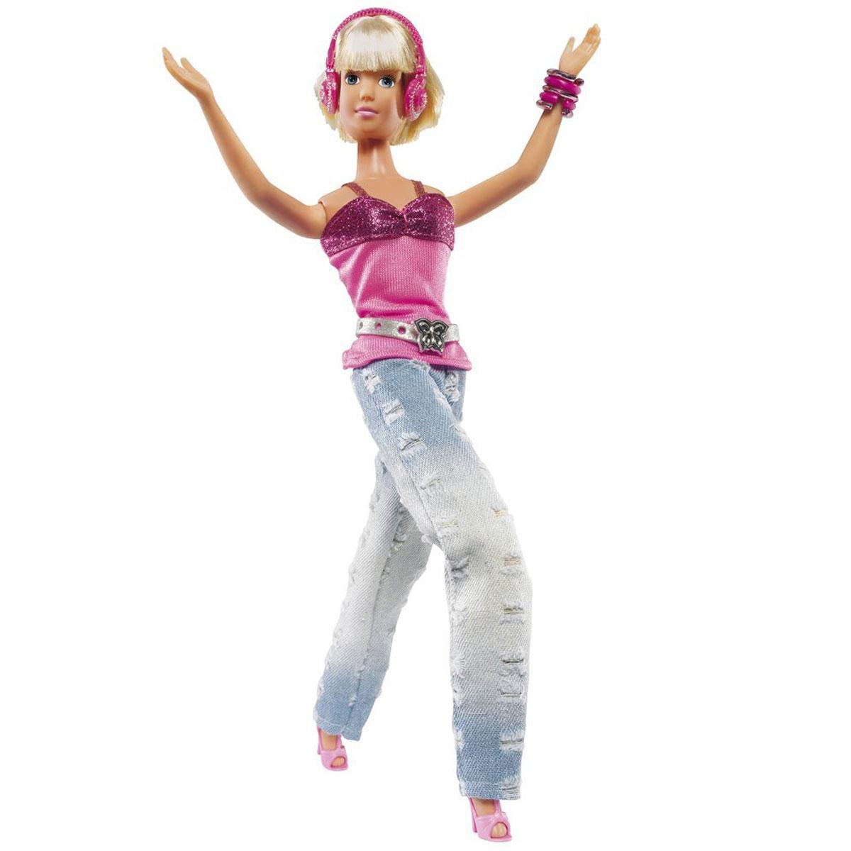 Simba Кукла Штеффи ди-джей5737787Кукла Simba Штеффи ди-джей надолго займет внимание вашей малышки и подарит ей множество счастливых мгновений. Кукла изготовлена из прочного материала, ее голова, ручки и ножки подвижны, что позволяет придавать ей разнообразные позы. В комплект с куклой входят наушники. Куколка легка сменила имидж. Некогда длинные волосы были беспощадно острижены под милое каре, роскошные вечерние платья сменились обсыпанной стразами розовой блузкой и широкими рваными джинсами. Штеффи является большой поклонницей музыки, хорошо разбирается в различных музыкальных направлениях и ей многие доверяют проведение музыкальных вечеринок. Ваша девочка может стать звездой вместе с Штеффи. Благодаря играм с куклой, ваша малышка сможет развить фантазию и любознательность, овладеть навыками общения и научиться ответственности, а дополнительные аксессуары сделают игру еще увлекательнее. Порадуйте свою принцессу таким прекрасным подарком.