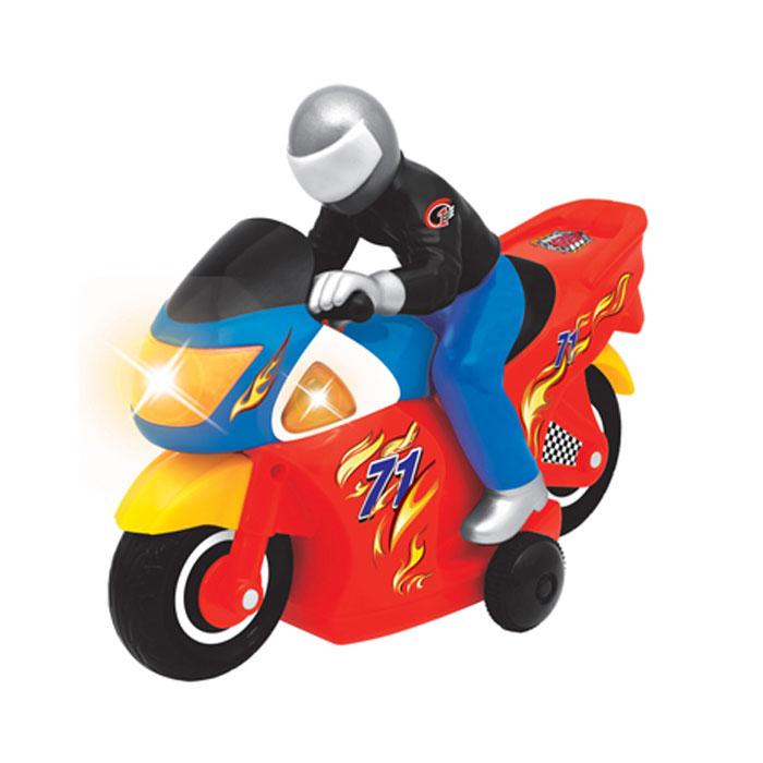 Kiddieland Развивающая игрушка ГонщикKID 051342Развивающая игрушка Kiddieland Гонщик с пультом управления, звуковыми и световыми эффектами станет отличным подарком любому мальчишке. Красочный мотоцикл с помощью пульта дистанционного управления может двигаться вперед, назад, разворачиваться на 360°! Мотоцикл издает звуки работающего двигателя и звуки гудка, что делает игру еще более реалистичной. Игрушка способствует развитию мелкой моторики, слухового и зрительного восприятия, координации движений. Рекомендуемый возраст: от 18 месяцев. Питание: 5 батарейки типа АА (входят в комплект).