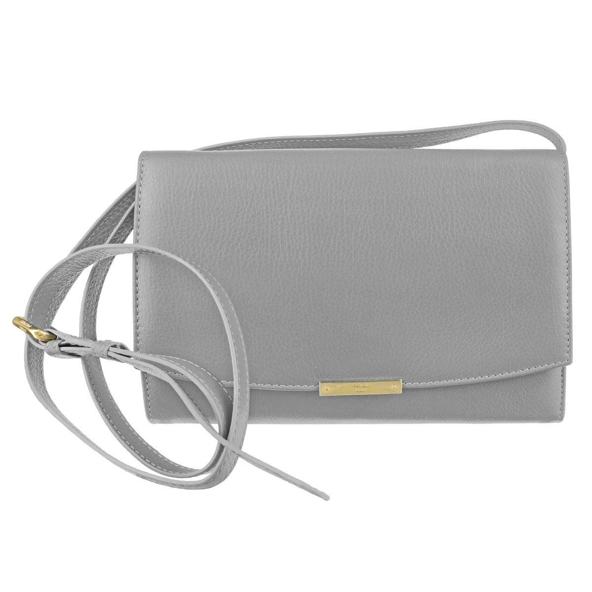 Сумка женская Petek 1855, цвет: серый. S15014S15014.PNF.90 PalomaНебольшая эффектная сумочка Petek 1855 выполнена из натуральной телячьей кожи. Модель имеет два основных отделения и третье на молнии между ними, закрывающиеся клапаном на кнопку. Внутри сумки имеется карман для телефона и ремешок с карабином для ключей. Снаружи на задней стенке имеется карман на молнии. Сумка оснащена регулируемым и съемным плечевым ремнем, который позволяет использовать изделие в качестве клатча или сумки. Изделие поставляется в текстильном чехле. Роскошная сумка внесет элегантные нотки в ваш образ и подчеркнет ваше отменное чувство стиля.