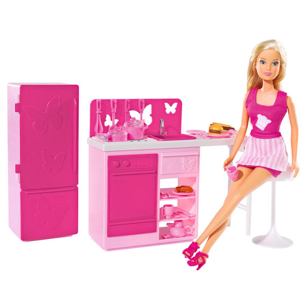 Simba Игровой набор с куклой Штеффи на кухне5730409Кукла Simba Штеффи на кухне надолго займет внимание вашей малышки и подарит ей множество счастливых мгновений. Кукла изготовлена из пластика, ее голова, ручки и ножки подвижны, что позволяет придавать ей разнообразные позы. Кукла Штеффи - не только красавица, но и умница! Она очень любит готовить и тратит на это занятие практически всё свободное время. Куколка обожает свою стильную розовую кухоньку, поэтому купила все необходимые аксессуары для приготовления пищи и модный фартучек. Вместе со Штеффи ваша малышка сможет вжиться в роль гостеприимной хозяйки и научится красиво сервировать стол. В комплекте с куклой имеется кухня с газом и раковиной, стульчик, холодильник, гамбургер, хот-дог, круассан и 20 кухонных принадлежностей. Кукла одета в короткое розовое платье. Наряд дополняют розовые туфельки и фартук. Благодаря играм с куклой, ваша малышка сможет развить фантазию и любознательность, овладеть навыками общения и научиться ответственности, а дополнительные...