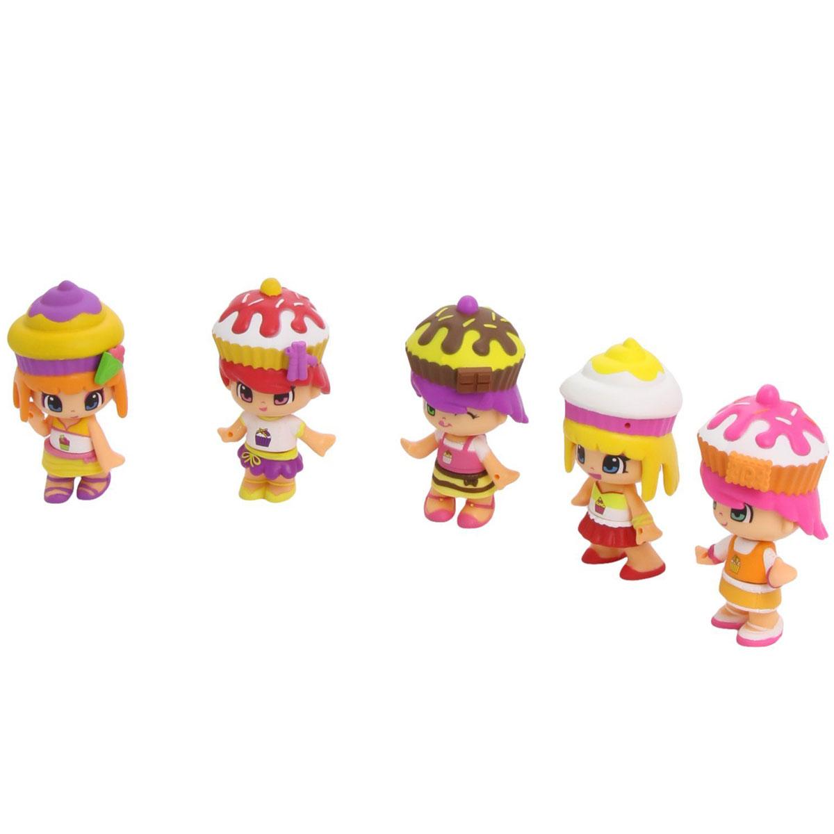 Famosa Игровой набор с мини-куклами Пинипон Веселые пирожные700010261Игровой набор Famosa Пинипон: Веселые пирожные станет отличным подарком для каждой девочки. Набор включает в себя 5 кукол Пинипон. У каждой куколки имеются сумочка и пирожное. Малышки Пинипон очень любят сладкое, и они решили даже одеться, как свои любимые пирожные. Все куклы оснащены запахом сладостей и шапочками-десертами. Куклы Пинипон имеют два выражения лица. Нужно просто снять парик, повернуть голову куклы на 180 градусов, а затем надеть парик, и кукла будет выглядеть по-другому. Также куклы могут меняться друг с другом аксессуарами, нарядами и прическами. Помимо кукол в наборе вы найдете 5 сладких татуировок для девочек. Эти временные татуировки легко наносят на кожу, хорошо держатся и без труда смываются. Они не содержат опасных веществ. Элементы набора поставляются в красивой фигурной коробке, которая оснащена текстильным шнурком для переноски в руке. Порадуйте свою малышку таким замечательным набором.