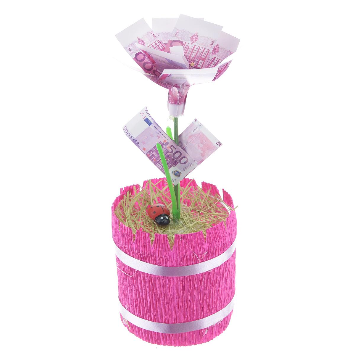 Денежный цветок Расцвет бизнеса. Евро, цвет: ярко-розовый, зеленый, белый89969Настольная композиция Расцвет бизнеса. Евро выполнена в виде симпатичного денежного цветка. На пластиковый стебель цветка насажены миниатюрные купюры достоинством в 500 евро. Цветок закреплен в стеклянном стакане-горшочке, оформленном гофрированной бумагой. У основания цветка расположена забавная божья коровка. Такой симпатичный денежный цветок будет отличным подарком к любому случаю! Высота цветка: 13,5 см. Диаметр цветка: 5,5 см.