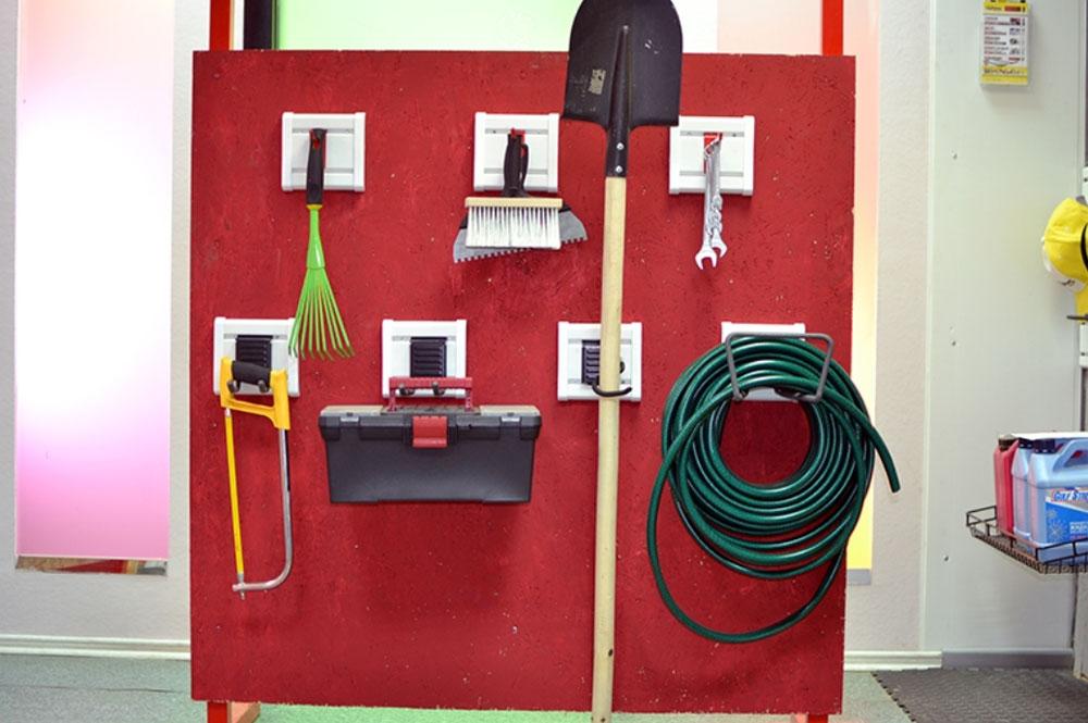 Система хранения вещей Гаррус Оптима, 12 предметовГР-065Система хранения вещей Гаррус Оптима предназначена для хранения различных предметов в гараже, на даче, в подсобных помещениях. С помощью крючков сможете развесить все садовые, дачные принадлежности, а также инструменты. В комплект входит: - крюк малый - оптимальное решение для хранения различных вещей, таких как одежда, различный инструмент и садовый инвентарь, 1 шт; - крюк длинный - надежный универсальный крюк для хранения вещей с подвесами, 2 шт; - двойной длинный крюк - удлиненная форма крюка позволяет располагать на нем сразу несколько предметов, 1 шт; - крюк S-образный - идеально подходит для хранения садового инвентаря, 2 шт; - крюк средний - надежный универсальный крюк подходит для хранения различных вещей, снабженных подвесами, 2 шт; - крюк двойной - подходит для хранения одежды, садового инвентаря и инструментов, 1 шт; - J-крюк малый - идеально подходит для хранения различных вещей: садового, спортивного инвентаря,...