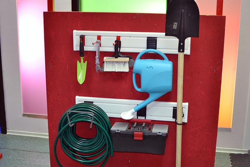 Система хранения вещей Гаррус Универсал, 13 предметовГР-064Система хранения вещей Гаррус Универсал предназначена для хранения различных предметов в гараже, на даче, в подсобных помещениях. Основа хранения - настенная панель, к которой крепятся разнообразные крючки. С их помощью вы сможете развесить все садовые, дачные принадлежности, а также инструменты. В комплект входит: - крюк малый - оптимальное решение для хранения различных вещей, таких как одежда, различный инструмент и садовый инвентарь, 1 шт; - крюк двойной - подходит для хранения одежды, садового инвентаря и инструментов, 1 шт; - двойной длинный крюк - удлиненная форма крюка позволяет располагать на нем сразу несколько предметов, 1 шт; - крюк средний - надежный универсальный крюк подходит для хранения различных вещей, снабженных подвесами, 1 шт; - крюк для тяжелого инструмента - идеально подходит для хранения различных вещей: садового инвентаря, шлангов, удлинителей, а также для подвески лестниц, 1 шт; - стеновая панель -...