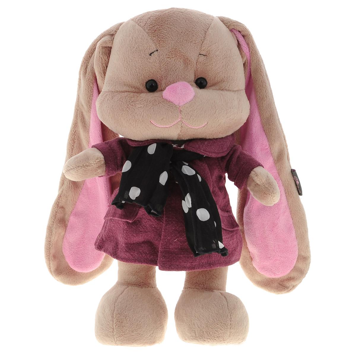 Maxi Toys Мягкая игрушка Зайка Лин, цвет пальто: бордовый, 34 смJL-004ST-25_в бордовом платьеМягкая игрушка Maxi Toys Зайка Лин обязательно привлечет внимание вашего ребенка. Изделие изготовлено из приятных на ощупь и очень мягких материалов, безвредных для малыша. Игрушка представлена в виде зайчика, одетого в пальто, а на шее подвязан шарфик. Зайка Лин - очаровательная модница, которая поражает безупречным стилем своих нарядов. Ее любимое занятие наряжаться в красивую одежду и дарить окружающим хорошее настроение. Даже в холодную погоду она остается веселой и привлекательной. Игрушка упакована в подарочную коробку. А внутри - ленточки и две поздравительные открытки. Симпатичная игрушка, которая неизменно будет радовать вашего ребенка, а также способствовать полноценному и гармоничному развитию его личности.